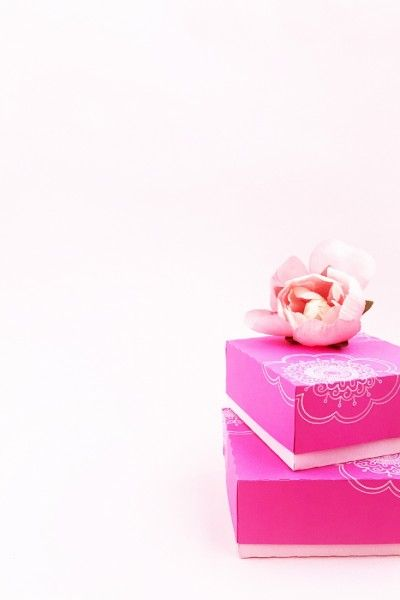 DIY Doodled Floral Gift Box on Maritza Lisa - Did you know that the Silhouette C...