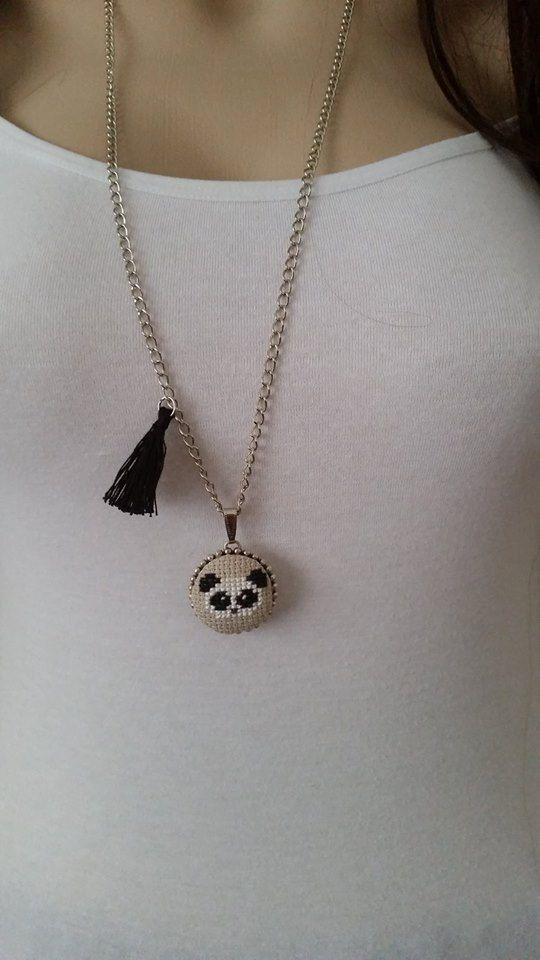 Ce collier de point de croix est composé de fil de coton, toile de lin, chaine ...