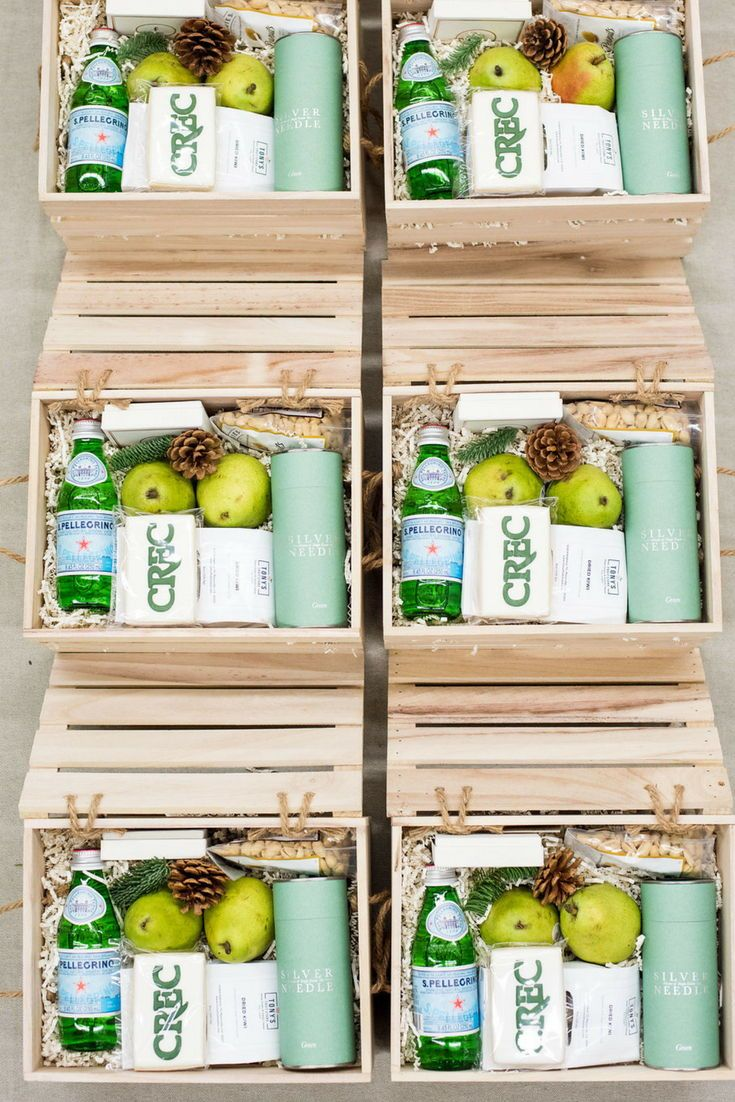 HOLIDAY CLIENT GIFT BOX// Health and wellness inspired holiday client gifts cura...