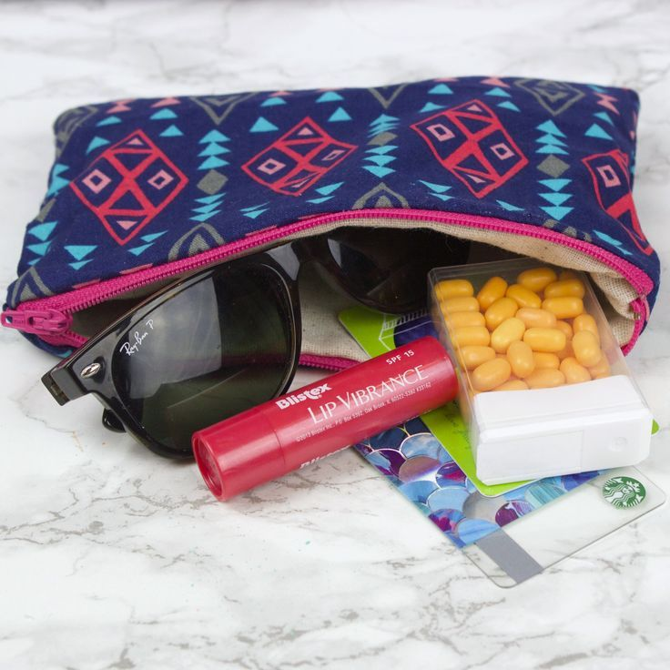 How to Sew a Zipper Pouch This fun little bag was so easy to sew and perfect for...