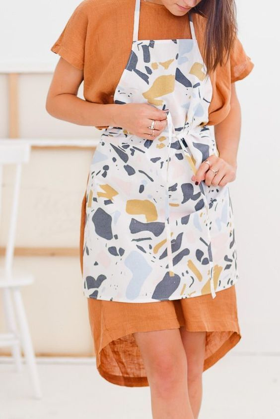You'll love how easy it is to learn how to sew this DIY apron! If you are lookin...