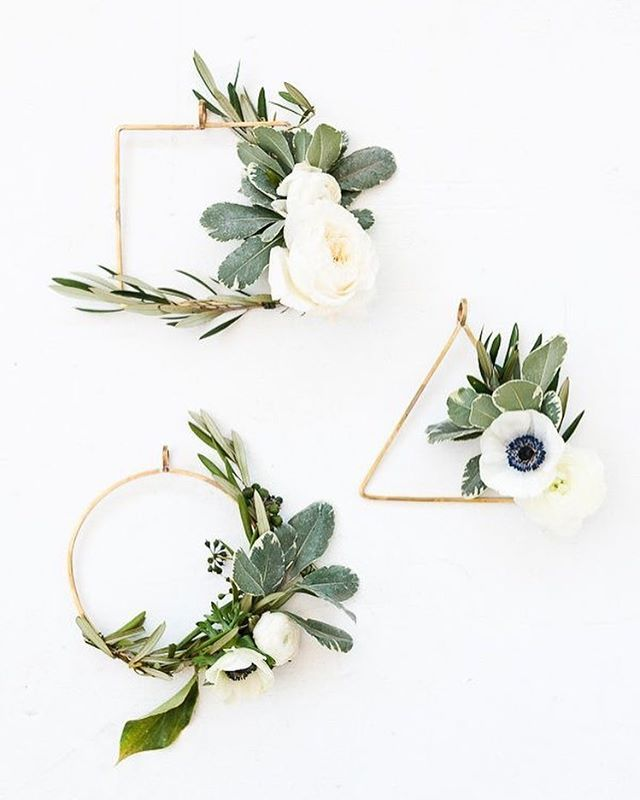 How cute are these mini #diy wreaths via #papernstitchblog We think they are a g...