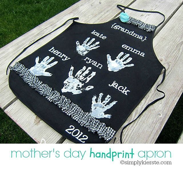 Darling handprint aprons that are perfect for Mother's Day...for moms or gra...