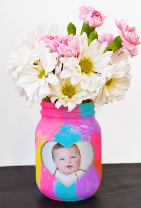 Kid-Made Picture Frame:  This colorful craft is the perfect gift that everyone w...