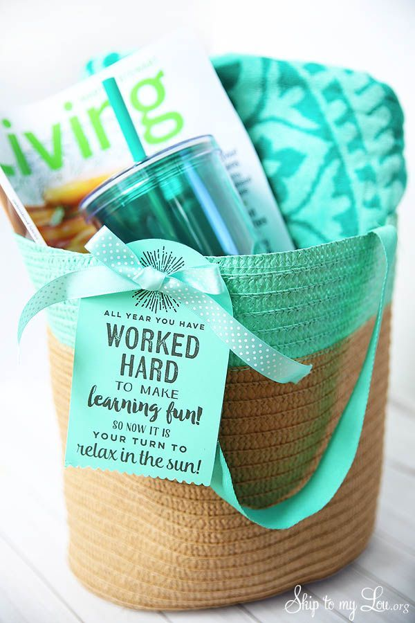 End of year teacher gift idea: beach tote with free printable note