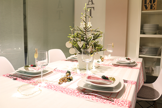 Decorate the New Year's Eve table